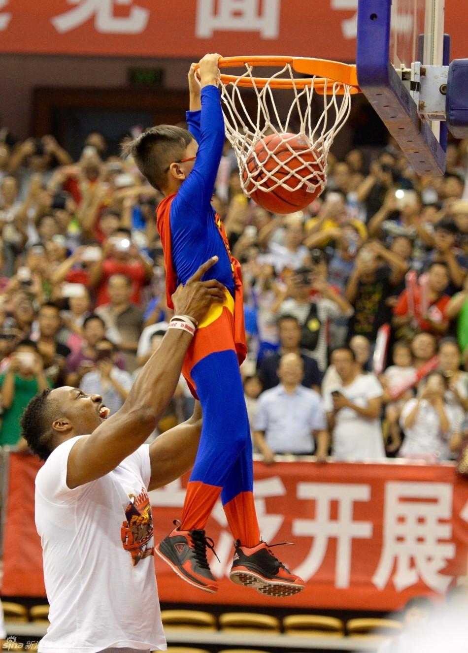 斯敦火箭队球员德怀特·霍华德亮相江西省体育馆,与中国球迷进行