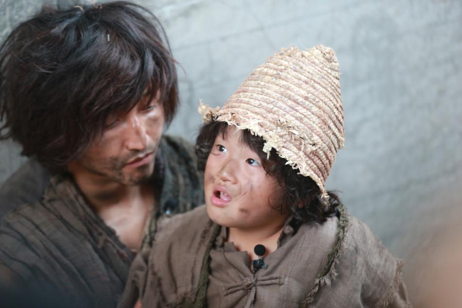 《爸爸去哪儿》节目中,邹市明爱子轩轩化身小乞丐乞讨,十分可爱.