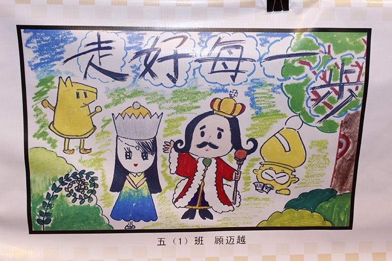 10月29日,杭州凯旋集团南肖埠小学国际文化节之拓展课程文化展、国际象棋嘉年华的活动举行。在活动现场,孩子们展示出他们以国际象棋为题材的绘画作品。每幅作品充满着美好的想像,美好的愿望,令人叹服。图片来源:中国棋牌网