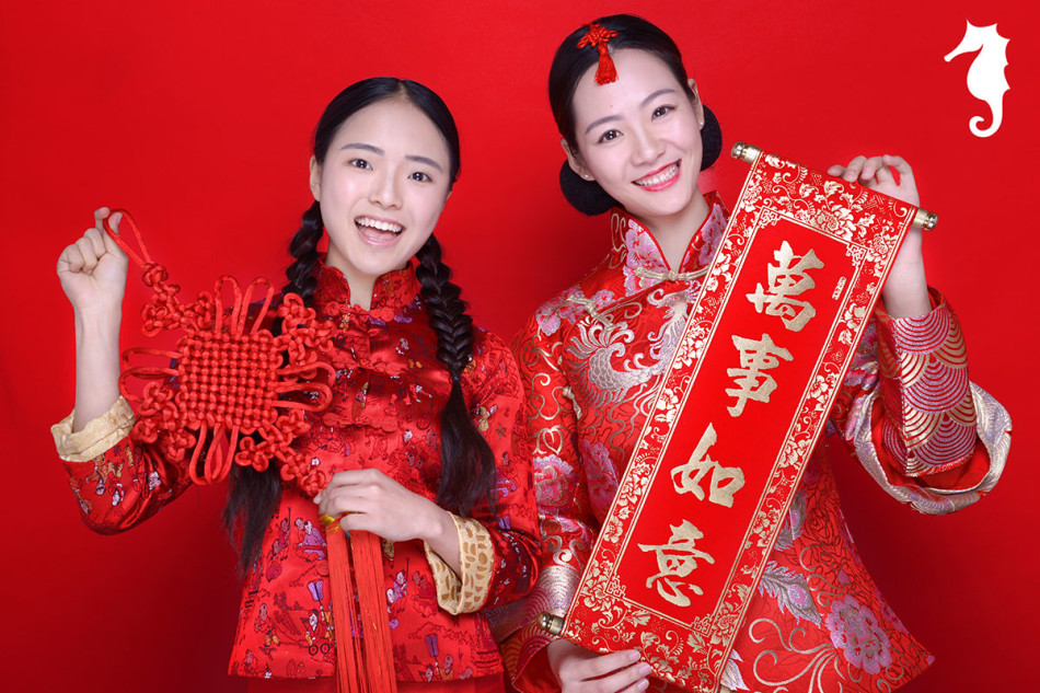 手捧中国结与对联祈福