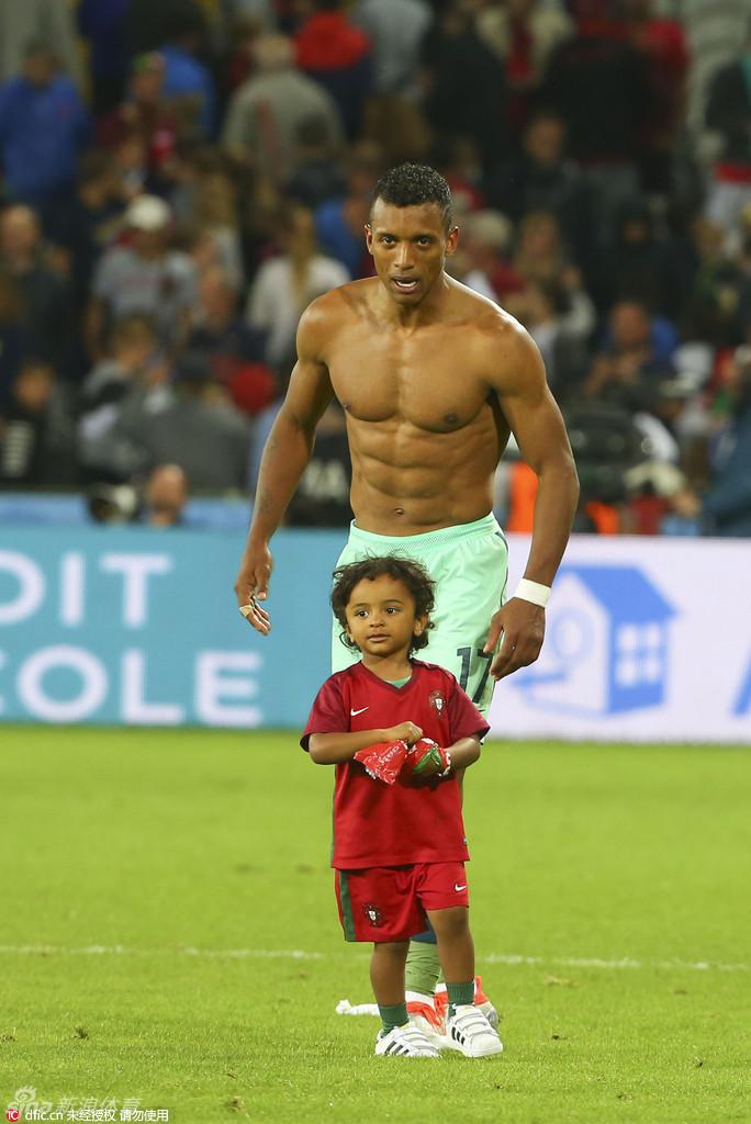 萌娃助阵欧洲杯看老爸踢球图片