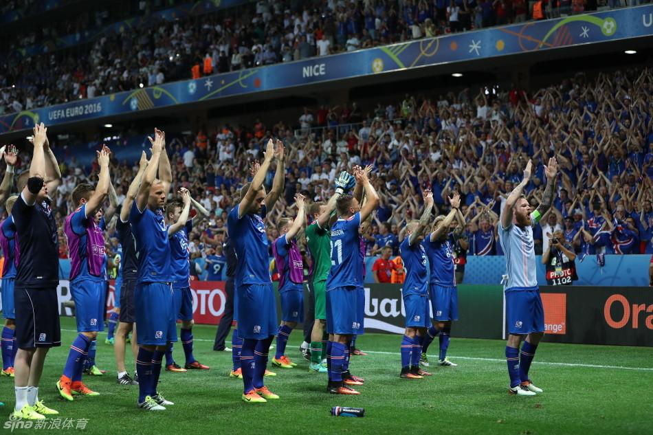 首次参加欧洲杯正赛就晋级八强,赛后冰岛球员和球迷庆祝球队晋级.