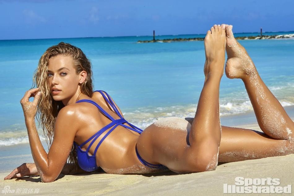 趴在海滩上