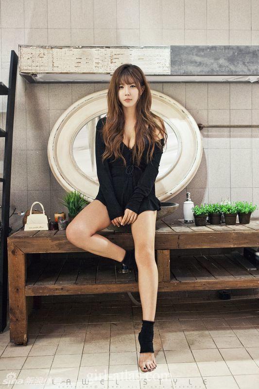 韩国车模紧身黑裙俏皮可爱,超短衫难遮丰乳肥臀秀绝美好身材.-腿
