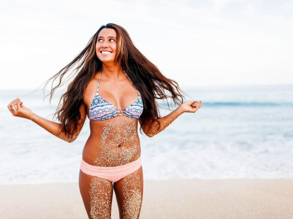 冲浪美女写真秀性感 s曲线身材显曼妙图片