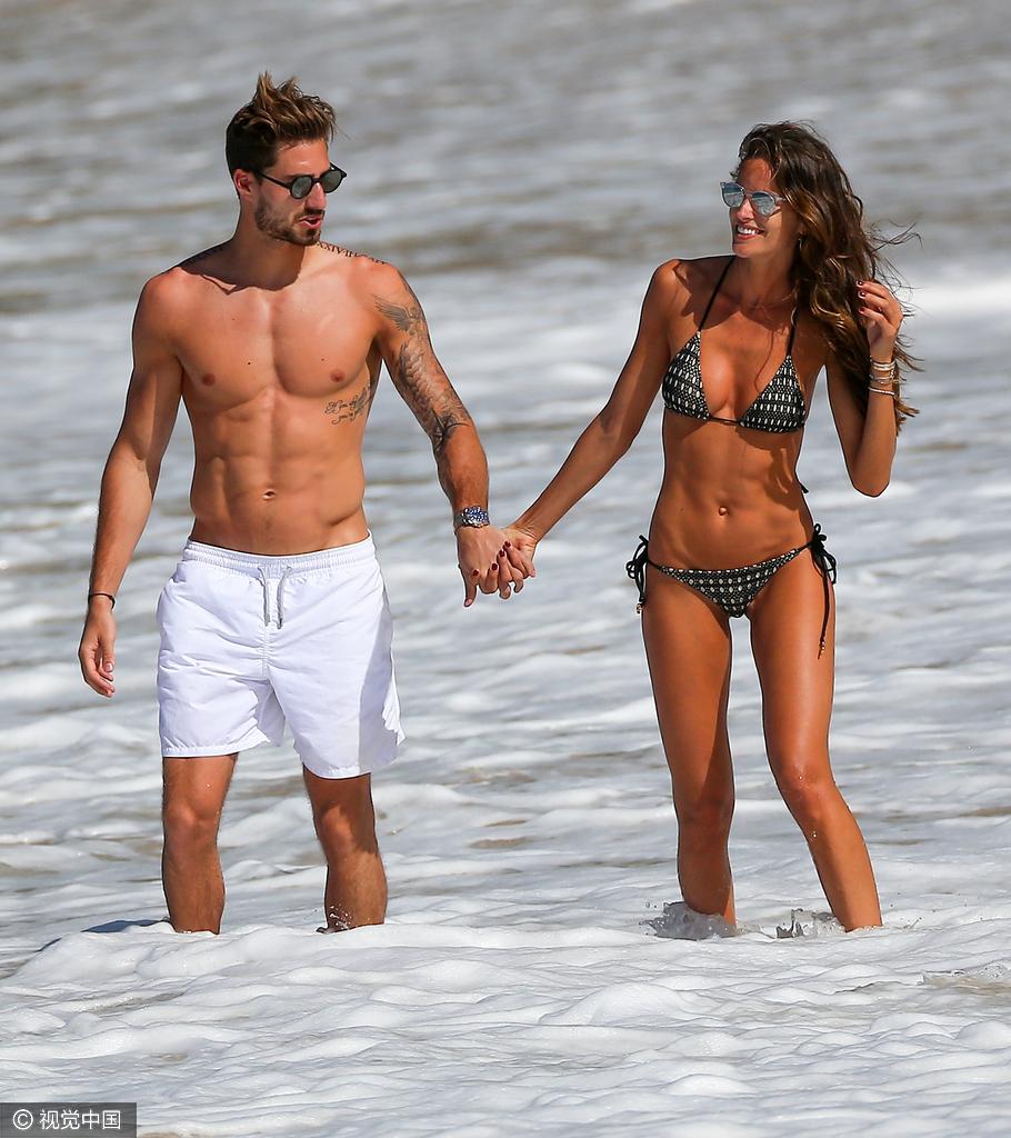 Trapp)与女友伊莎贝儿·歌勒(Izabel Goulart)现身海边度假.伊莎