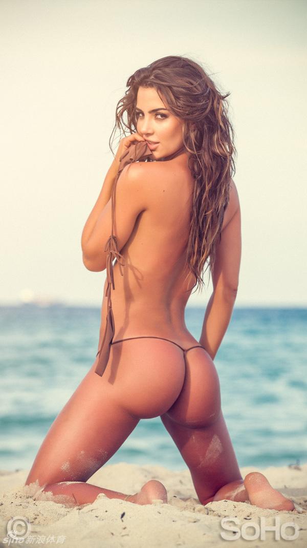 跪在沙滩上