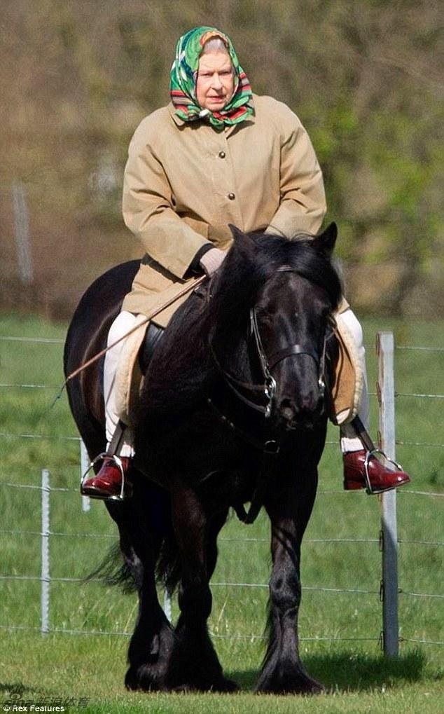 90岁英女王温莎公园骑马图片