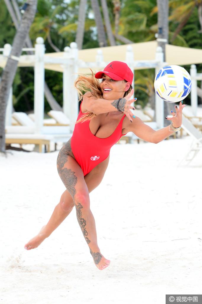 2017年3月9日,多米尼加,女星露西大红泳装嗨玩沙滩排球.-女星大