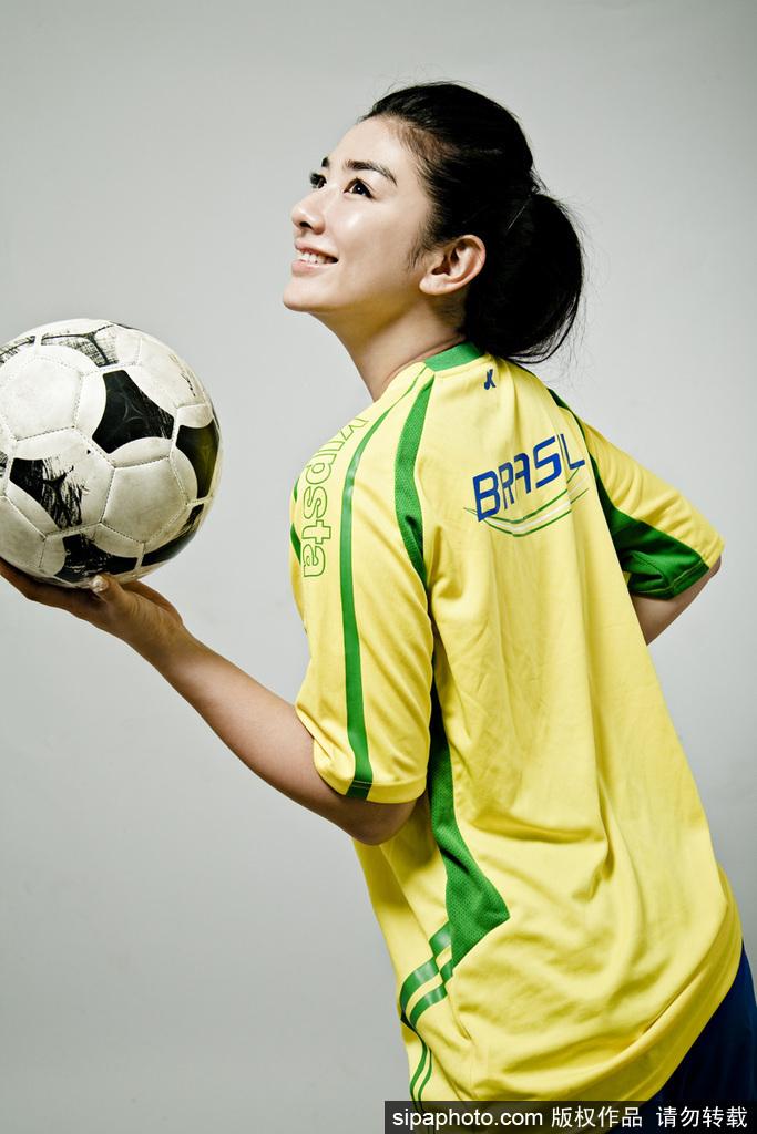 女星黄奕穿巴西队球衣拍写真 变身足球宝贝助威图片