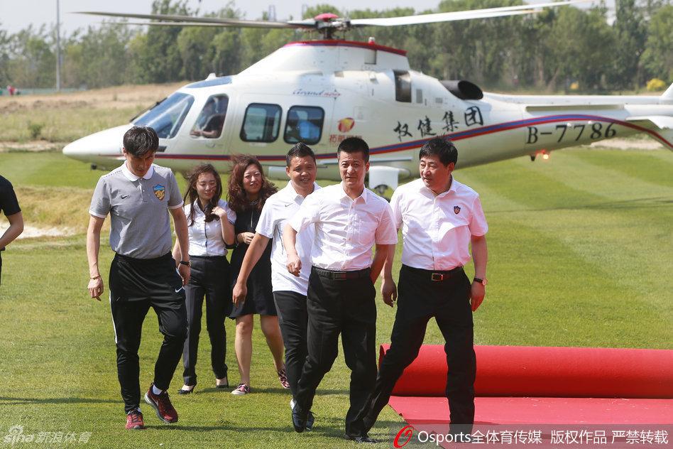 北京时间5月18日,天津权健董事长束昱辉乘直升飞机抵达俱乐部,开展
