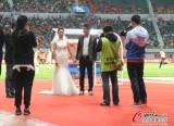 中场一对新人进行简单的结婚仪式