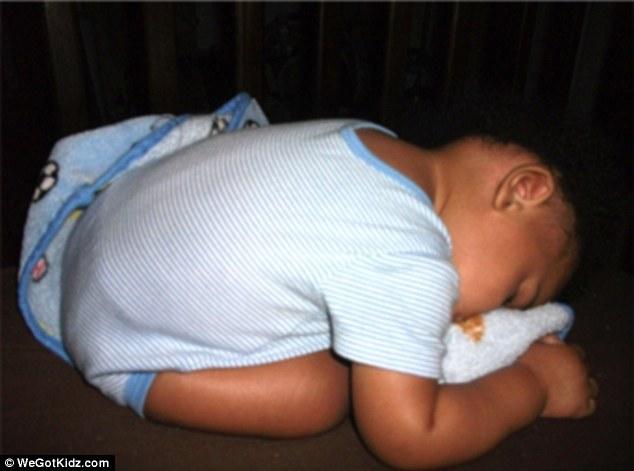 展示了婴幼儿们千奇百怪的睡姿,令人捧腹不止.-爆笑 这些孩子们