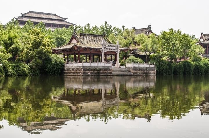 于中国浙江中部东阳市境内,与中国小商品城义乌市相距36公里.距