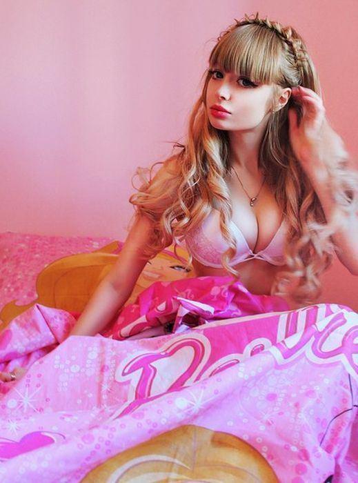 "Dakota Rose因容貌似""真人芭比""近日在网络上爆红,Rose光滑雪图片"