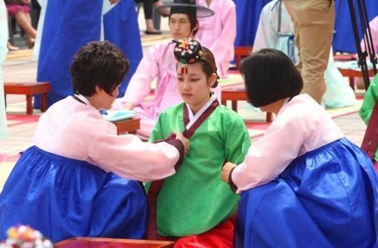 国儒家传统文化礼仪的影响,从高丽时代开始就有了行冠礼和笄礼的