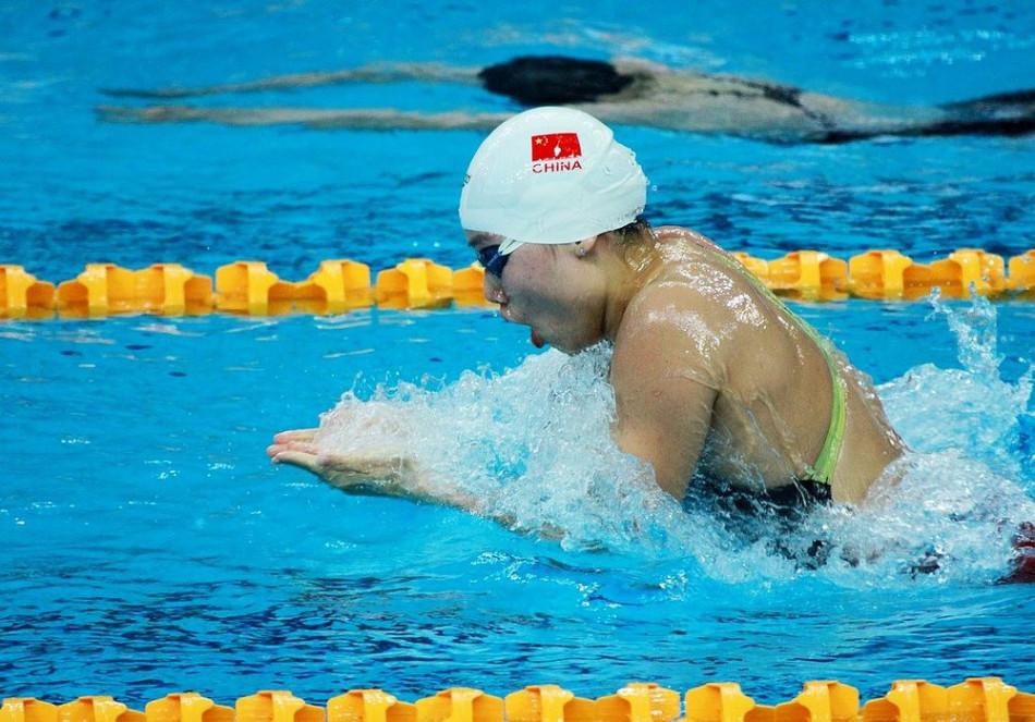 蛙泳这是一种模仿青蛙游泳动作的一种游泳姿势,也是一种最古老的泳