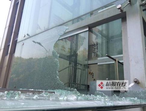 东路金麦KTV观光电梯内,一个杨姓小伙不慎跌落,被夹在电梯二楼