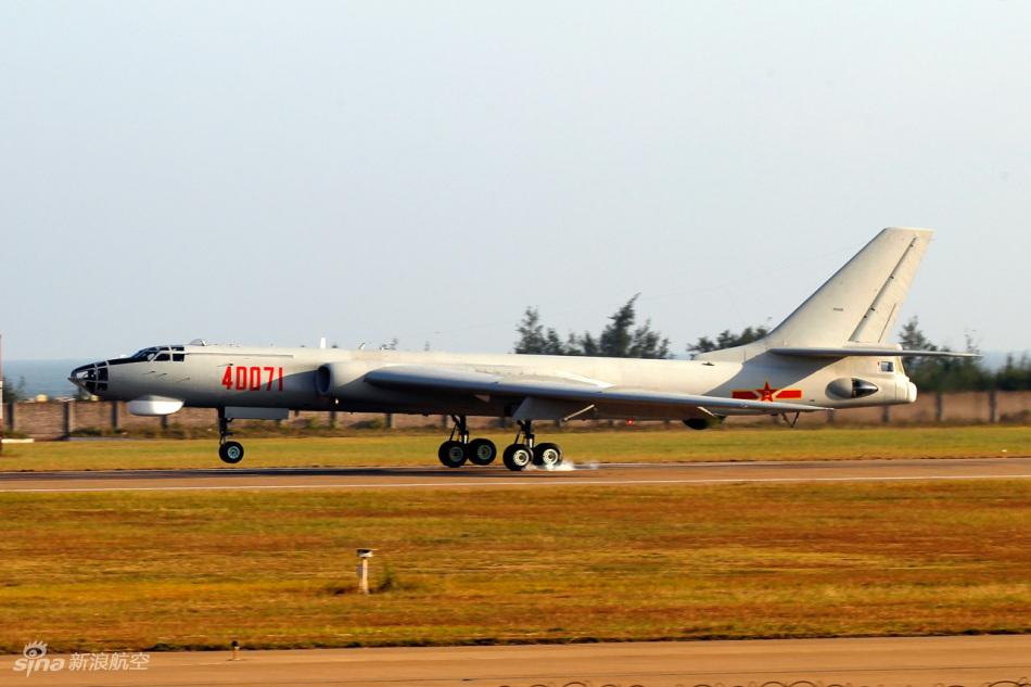 中国空军编号40071轰六H轰炸机飞抵航展现场