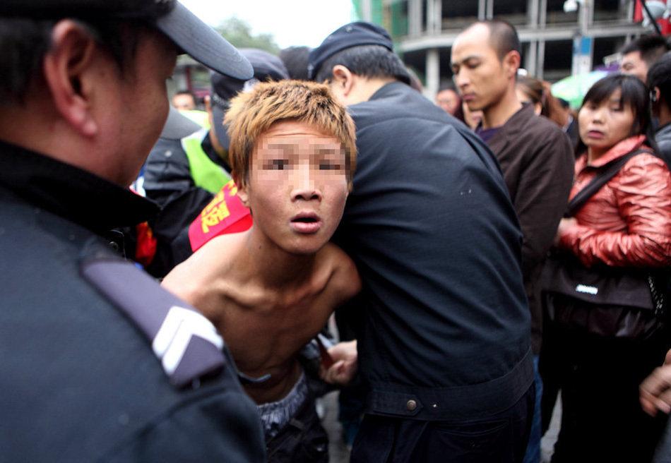 组图 男子抢劫乞讨儿童 被13岁少年当场擒获图片