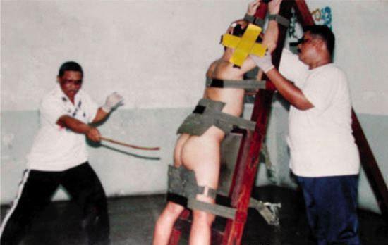 新加坡鞭刑使用的是皮鞭,打鞭要求一鞭下去,皮肉皆开,疼痛难忍.