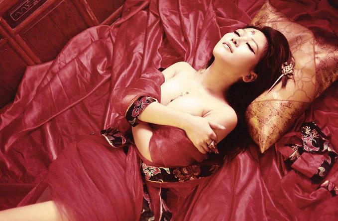 惊艳.她把玫瑰纹身放在了胸前,古典的服装加上红颜似火的玫瑰,