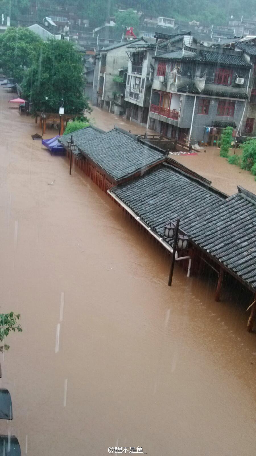 凤凰古城遭遇暴雨袭击 风雨桥被洪水冲垮