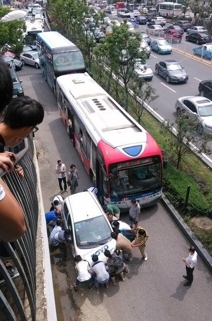 """公交车上的乘客看到这辆""""拦路虎"""",起初还在等待车主能将其开走,高清图片"""