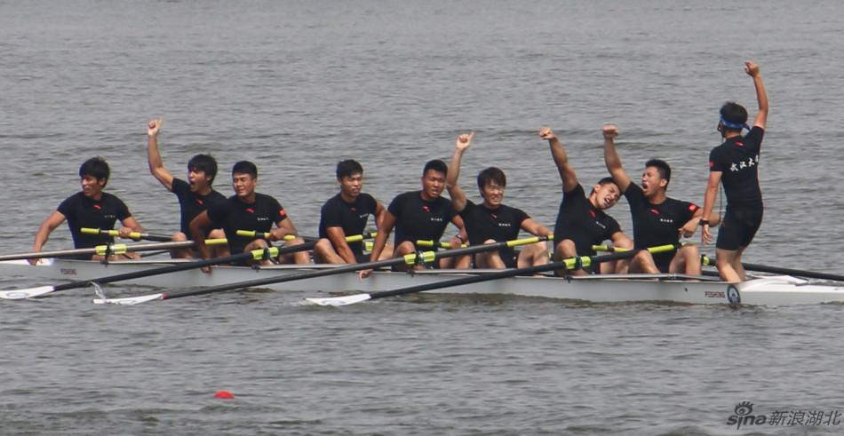 最终,武汉大学赛艇队夺得比赛冠军.-大美东湖国际名校赛艇挑战赛