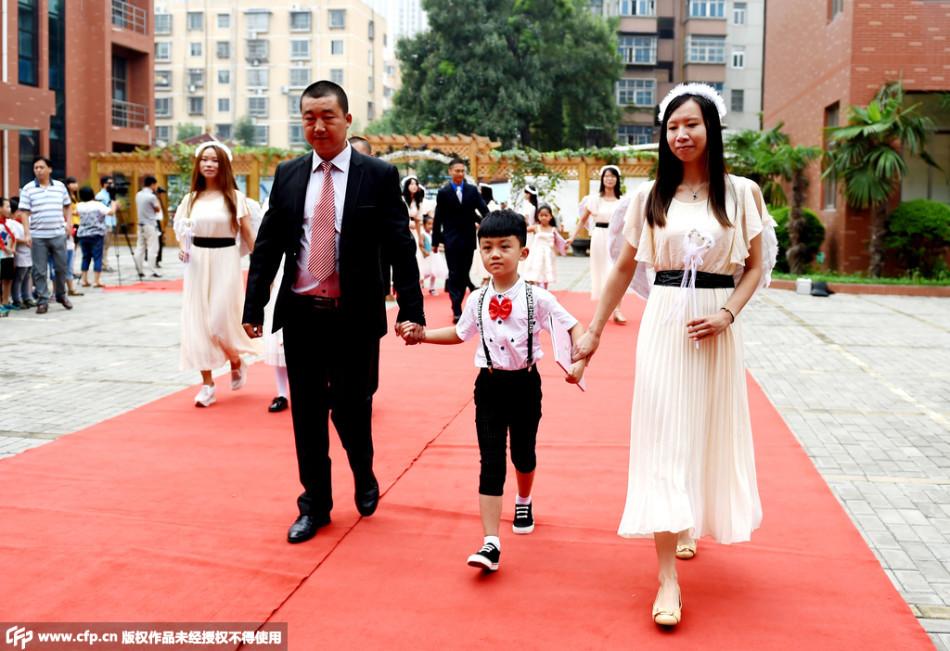 河南一小学举办入学仪式 家长领孩子走红毯