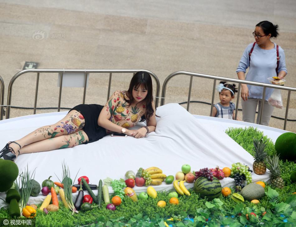 东莞商场现美女 人体盛 市民排队品尝美食图片