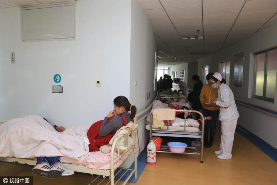 """院产科一床难求,""""二孩""""生育进入小高峰.在襄阳市第一人民医"""