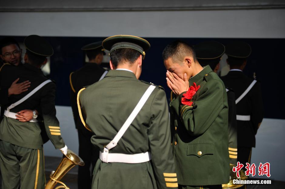 重庆黔江消防部队退伍老兵泪别警营图片