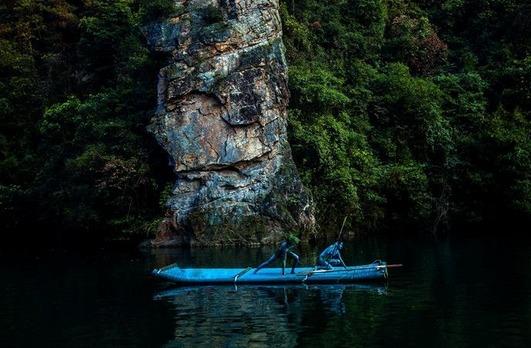 年轻情侣在张家界宝峰湖景区拍摄的裸体婚纱照.-情侣在张家界拍 裸图片