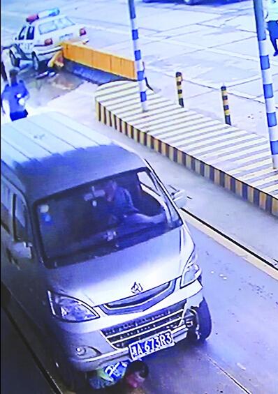 察对其车内非法改装的违法行为拍照证据时,杜某民将面包车钥匙扔