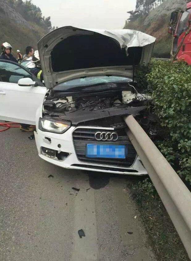 包茂高速重庆草坪段,一辆白色奥迪车在行驶过程中突发事故,整个高清图片