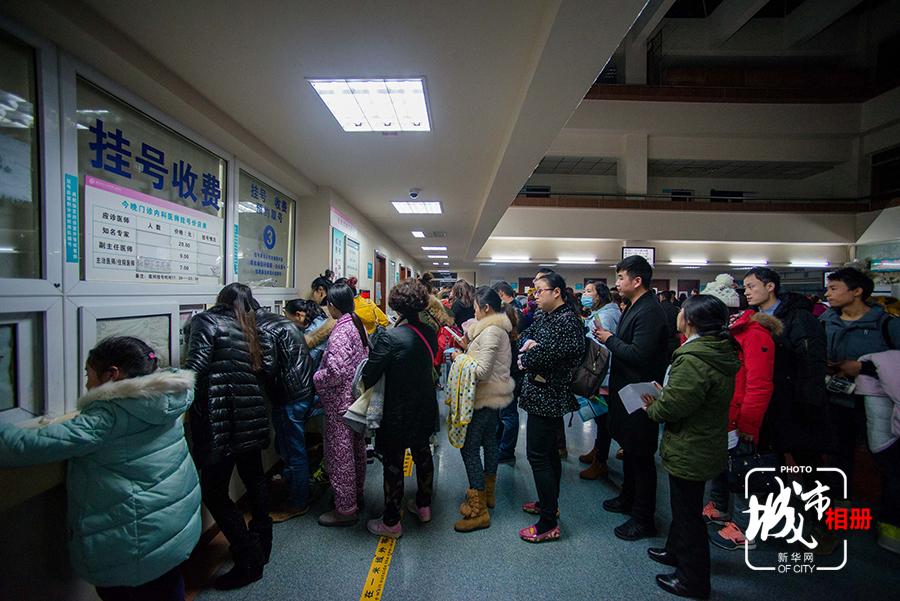 在重医附属儿童医院挂号处,不少家长排队等待挂号.-记者跟拍午夜