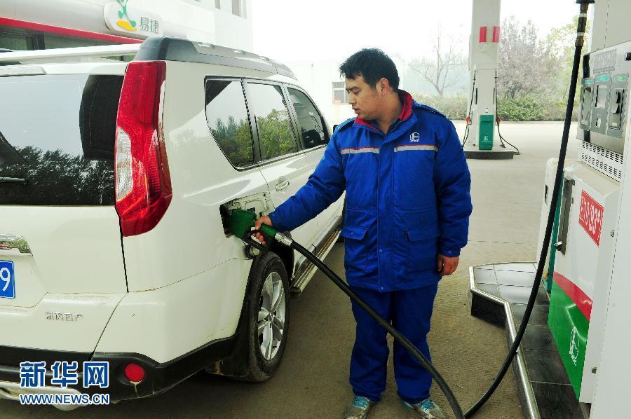 ...零售价格90号汽油和0号柴油(全国平均)每升均降低0.06元调价...