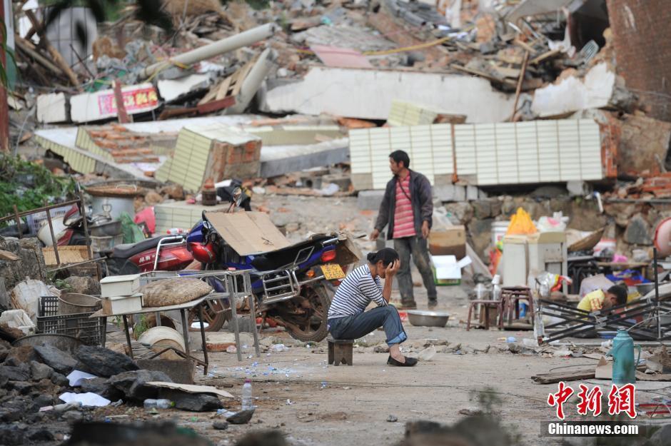 8月7日,云南鲁甸龙头山镇,被地震摧毁的房屋前,村民搭建起一个临图片