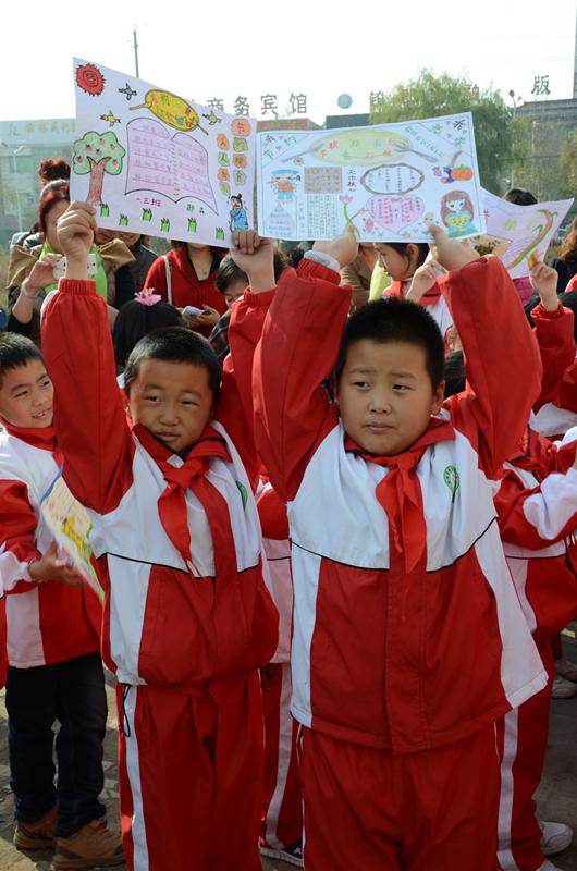 活动中,高新二小的小学生展示了他们关于节粮爱粮主题的手抄报.-