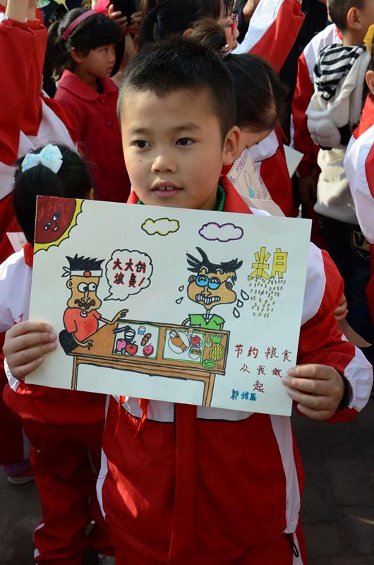 一张张色彩缤纷的手抄报高举在每个小孩的手中,稚嫩的字体、单纯可