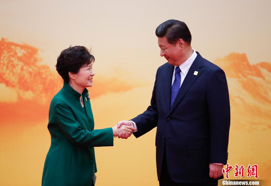 图为第一阶段会议后,APEC经济体领导人、代表集体合影.中新社图片