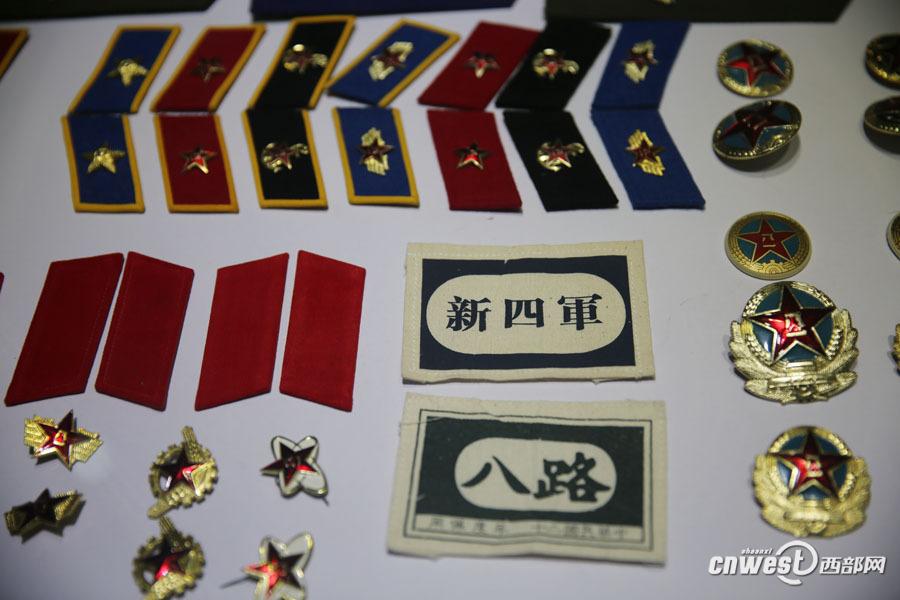 解放军领章帽徽.-西安军迷大唐西市集中展览各自藏品