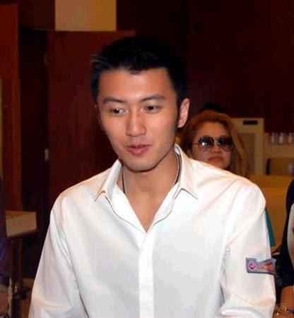 谢霆锋2002年3月撞车,由助手顶罪被揭发,4月在张柏芝家中被香港图片