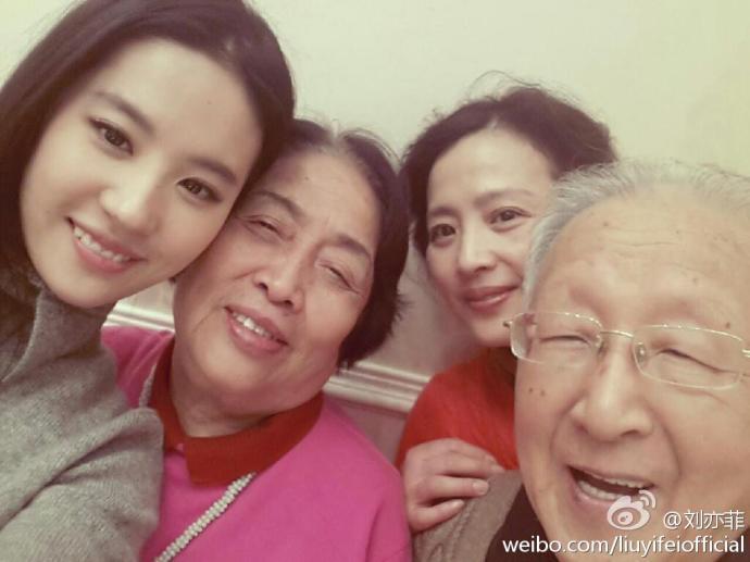 """不过,年轻时的刘亦菲妈妈与现在的""""神仙姐姐""""相比也毫不逊色呢"""