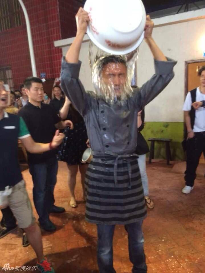 冰桶挑战活动众多名人响应做慈善,参加者先用一大桶冰水往头上淋,