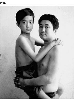 这组黑白照片中,一对父子从1986年起每年以几乎相同的姿势出境,