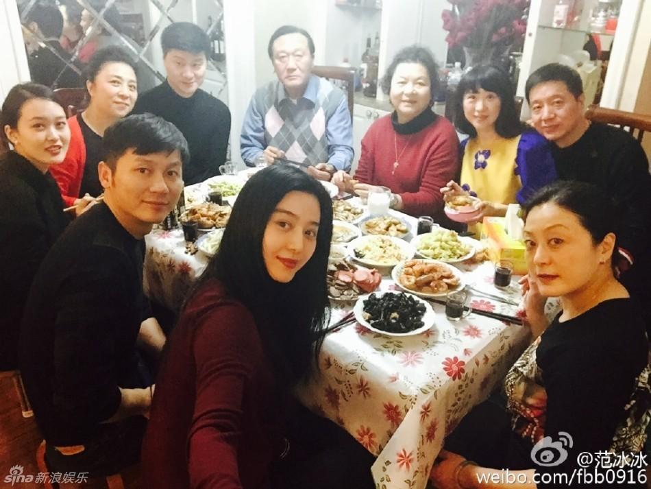 """晒出和李晨以及家人吃饭的照片,写道:""""回来陪家里的老人吃顿图片"""