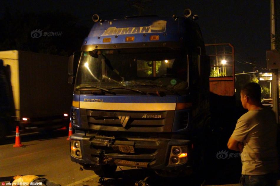 金钟夜撞第二十五签-沈阳晚报、沈阳网记者在现场看到一辆蓝色的大货车车头向西逆向...