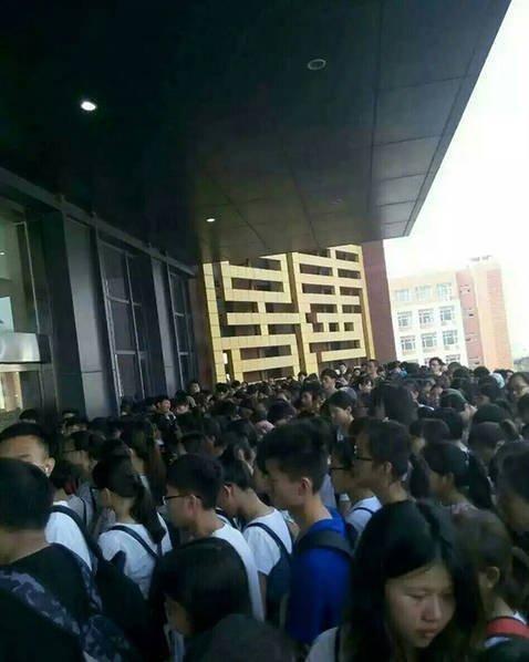郑州航空工业管理学院的学生反映,宿舍里不但没有空调,连风扇